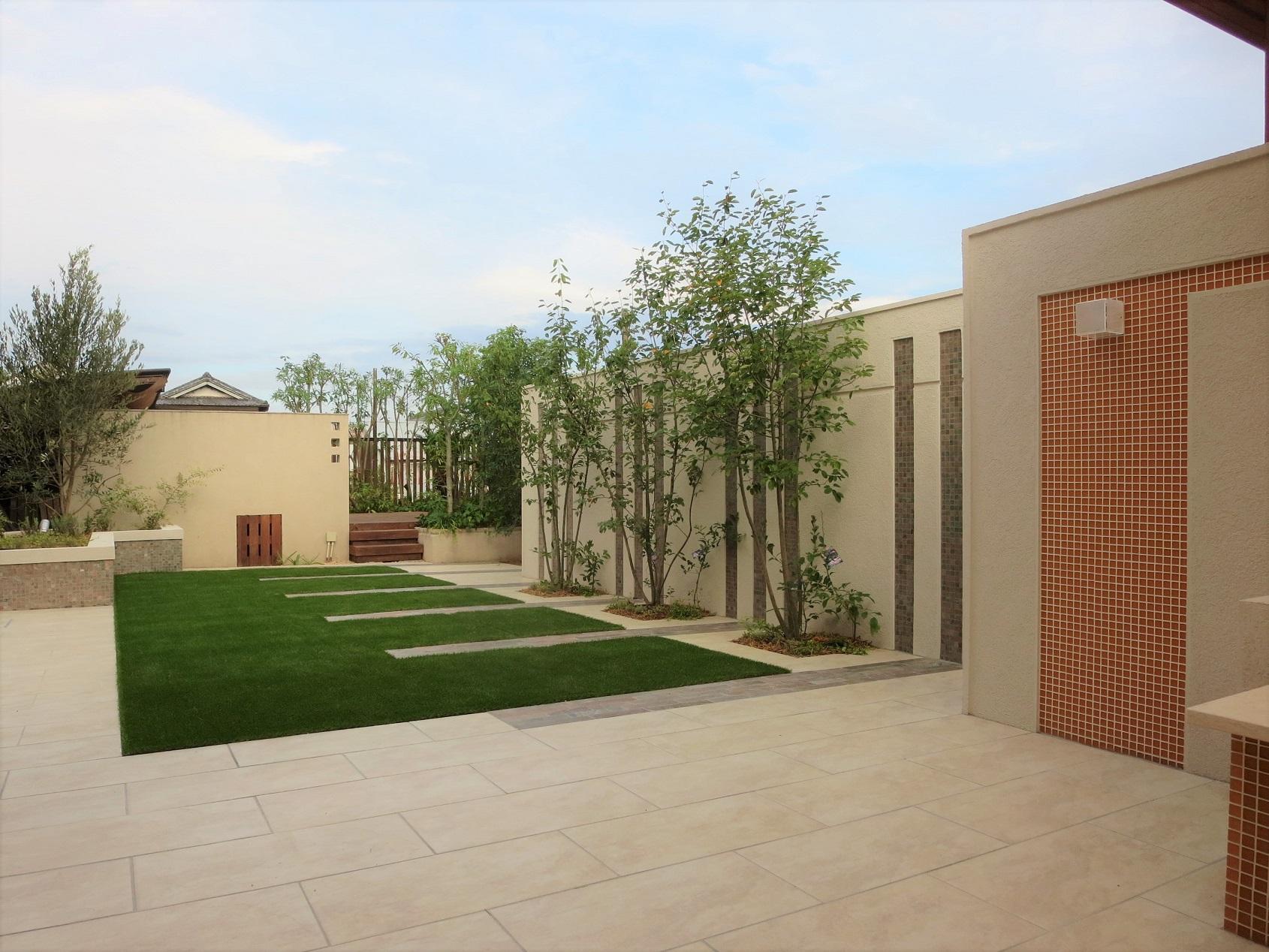 テラスと人工芝庭