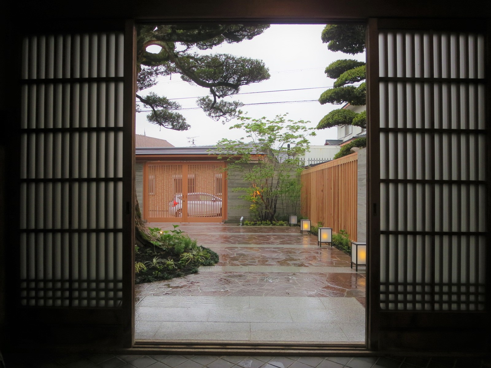 玄関から見た石張りのアプローチ