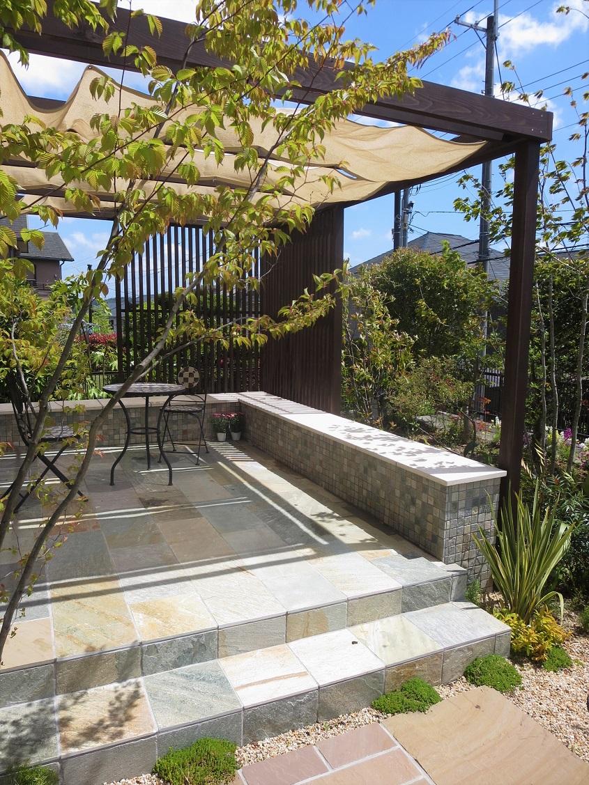 固定ベンチのある庭
