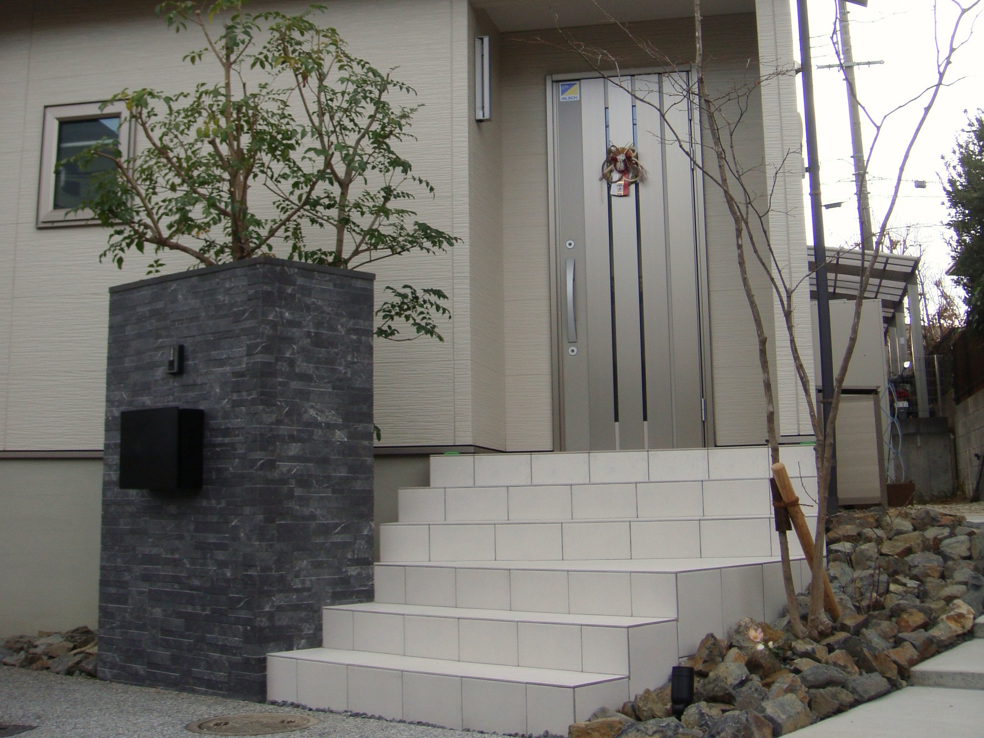 白い階段がある外構