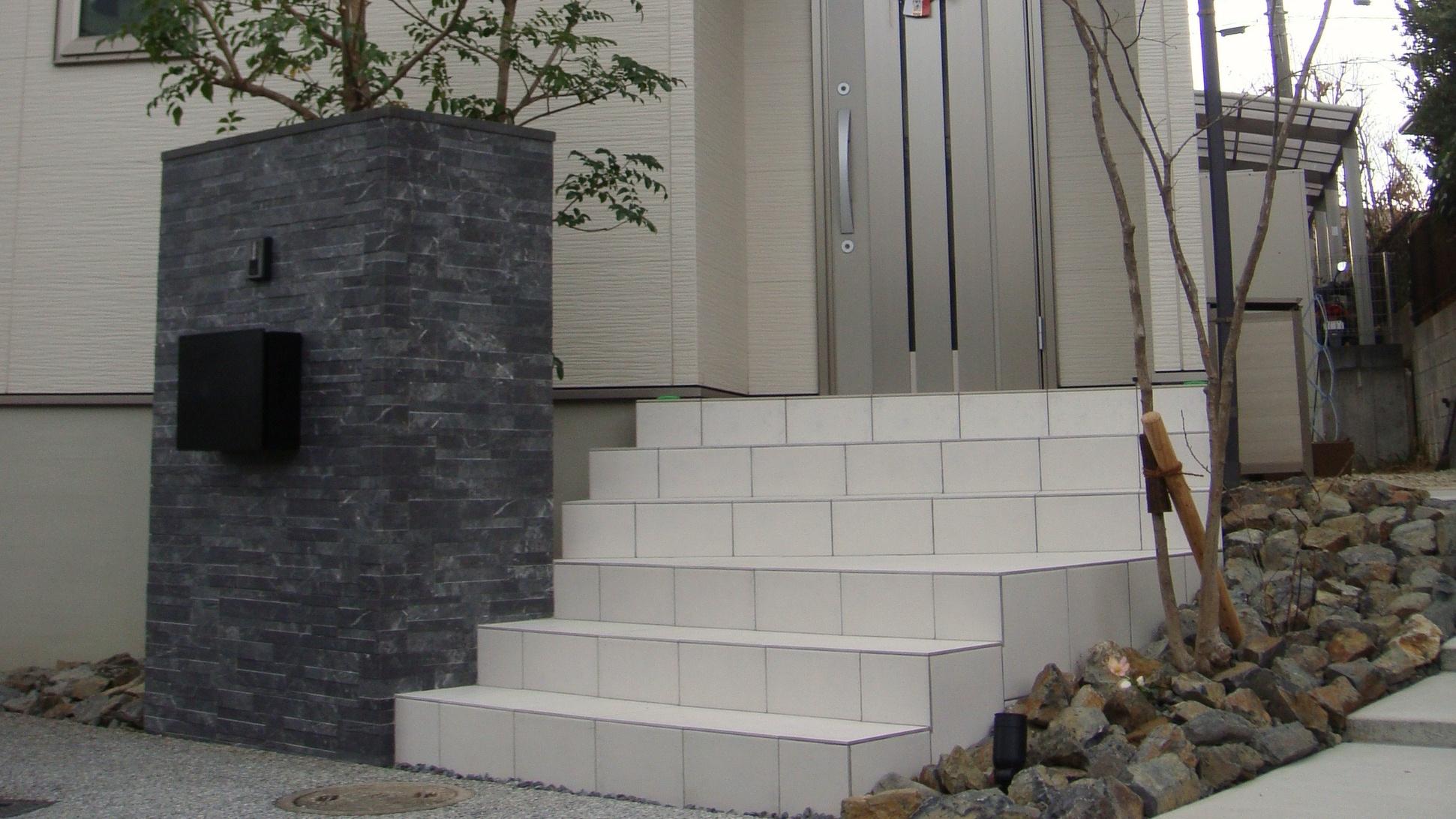 白い階段のある外構