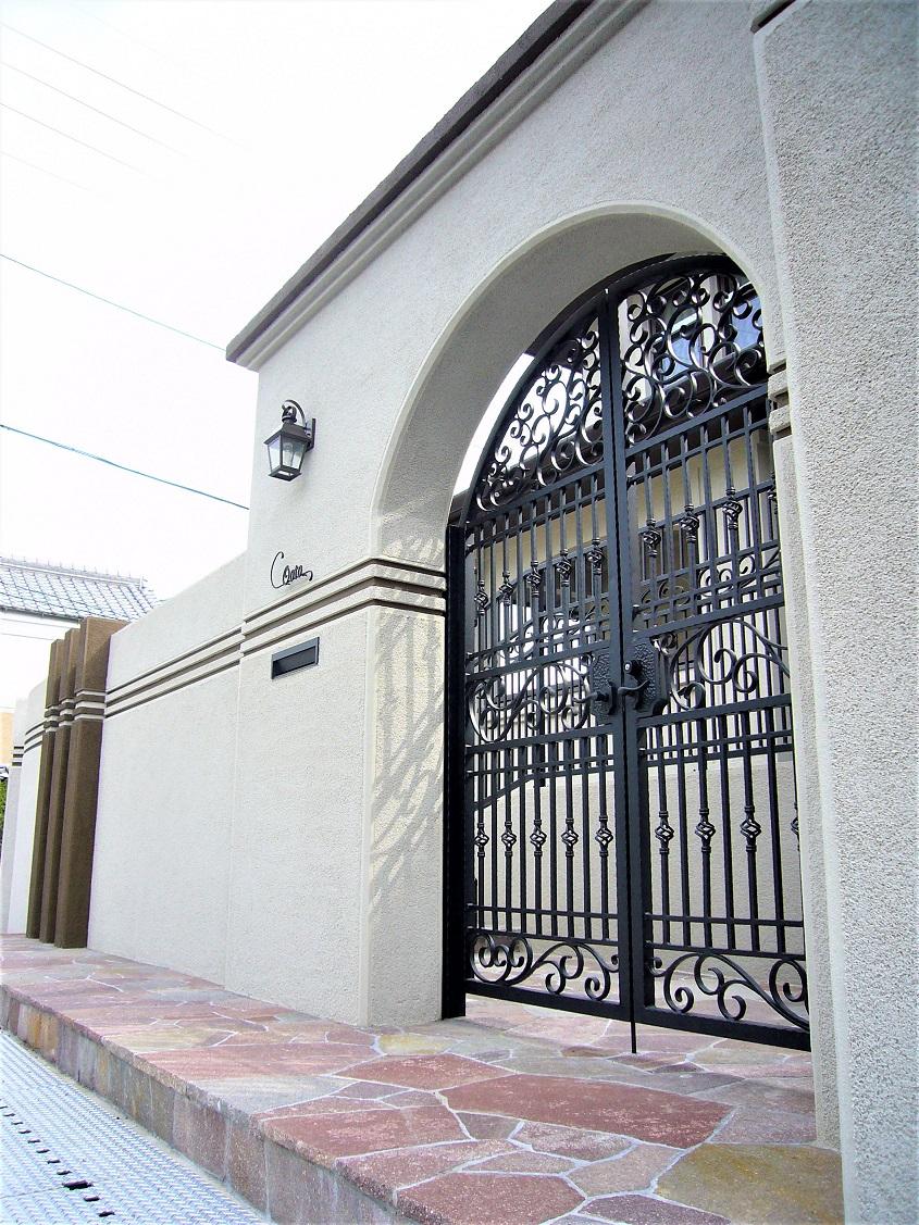 ロートアイアンの門扉のある外構