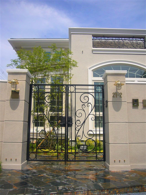 シンメトリーな門柱とロートアルミ門柱