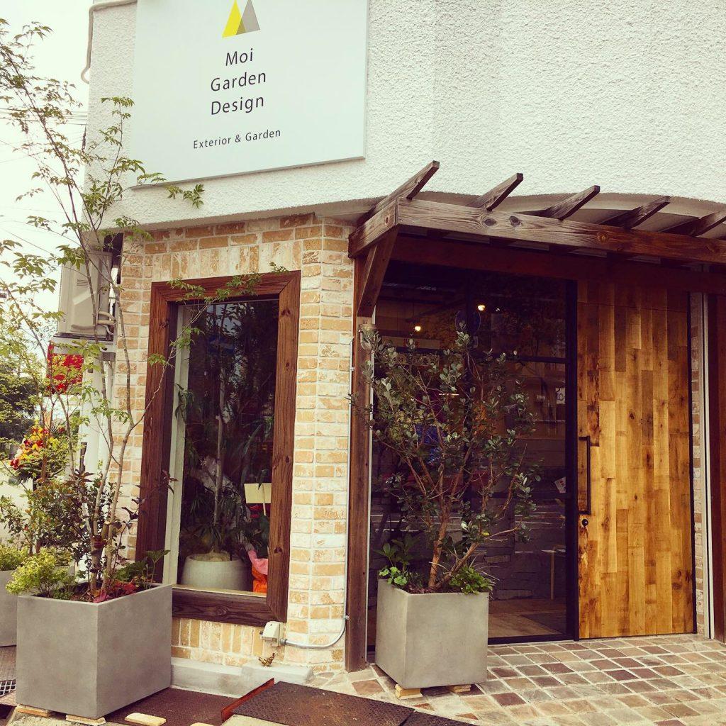 レンガと木で飾られた店の入り口