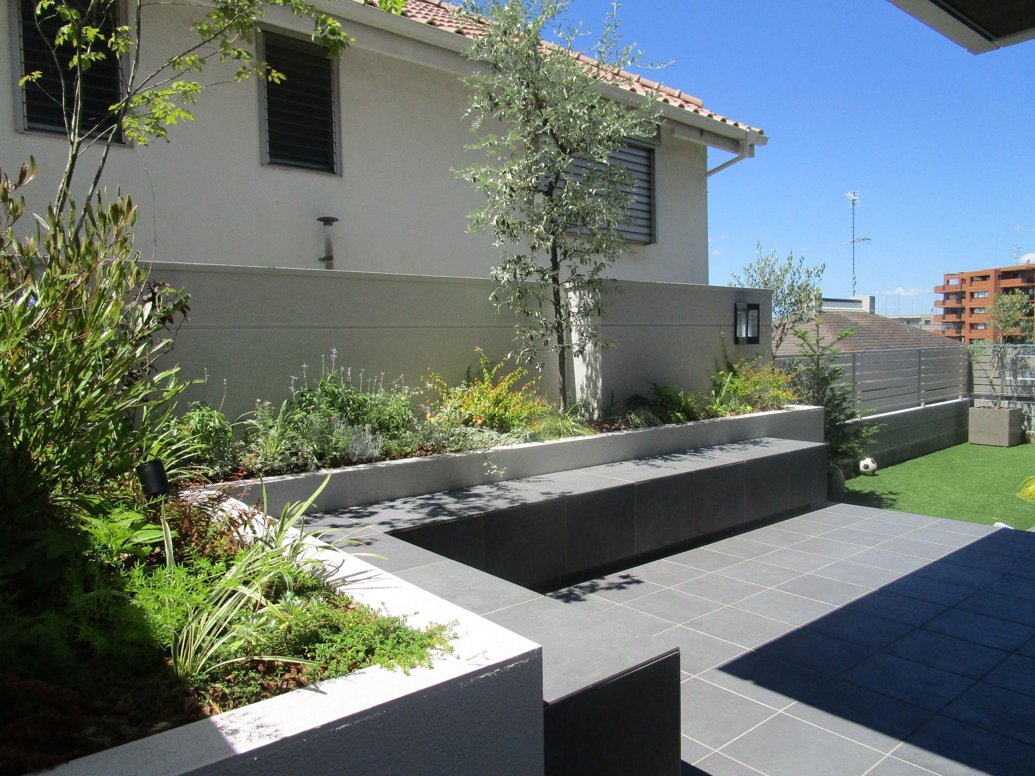 グレーのタイルテラスの庭