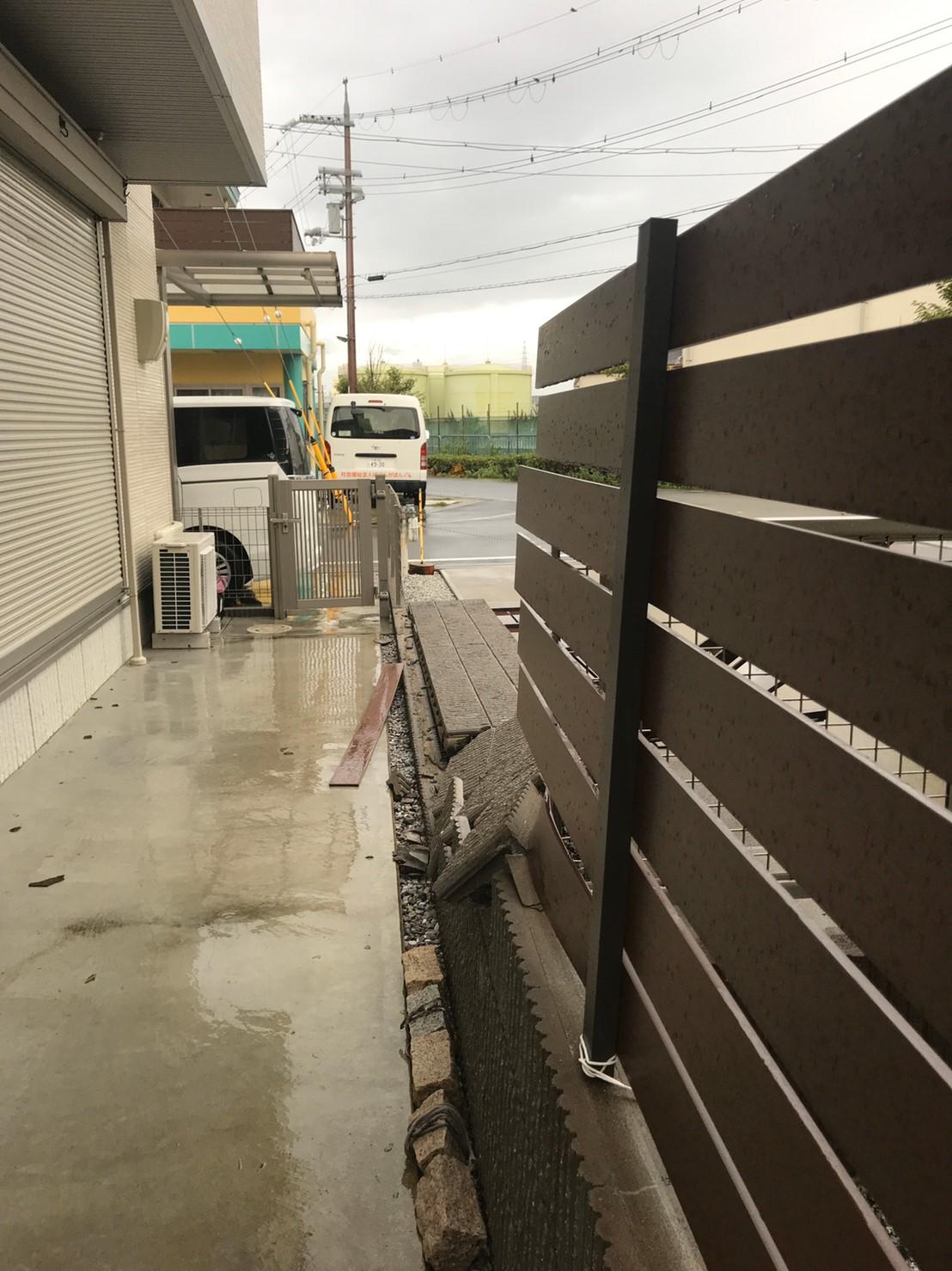 台風でブロックから壊れたフェンス