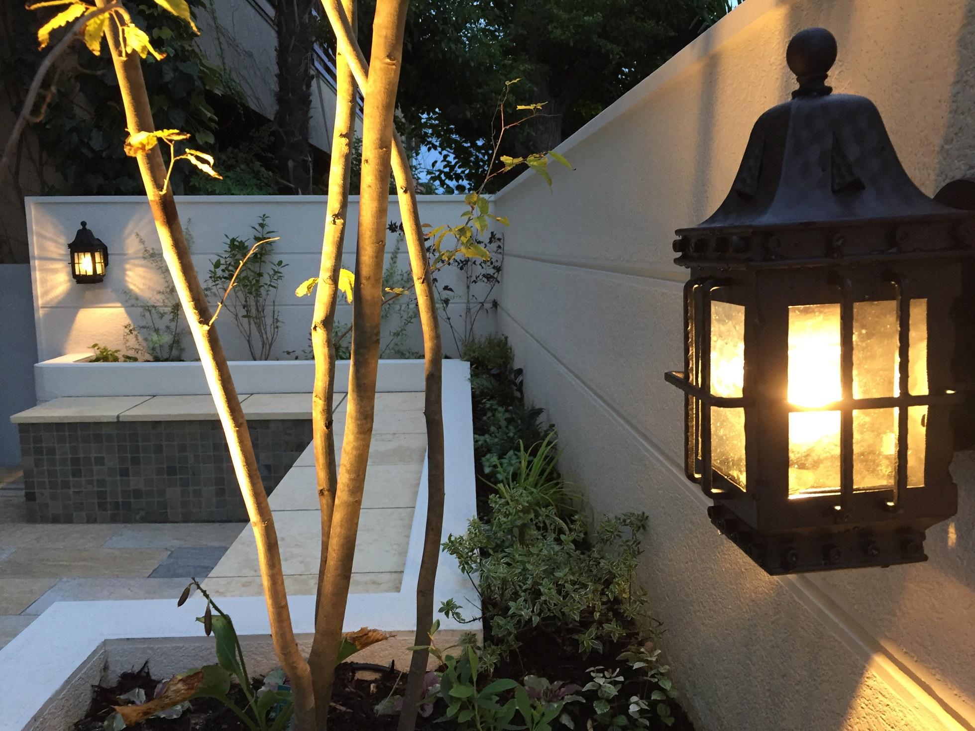 庭の壁のブラケット照明