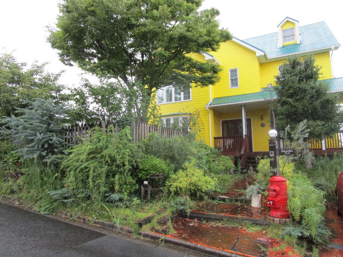 うっそうとした緑に囲まれた家