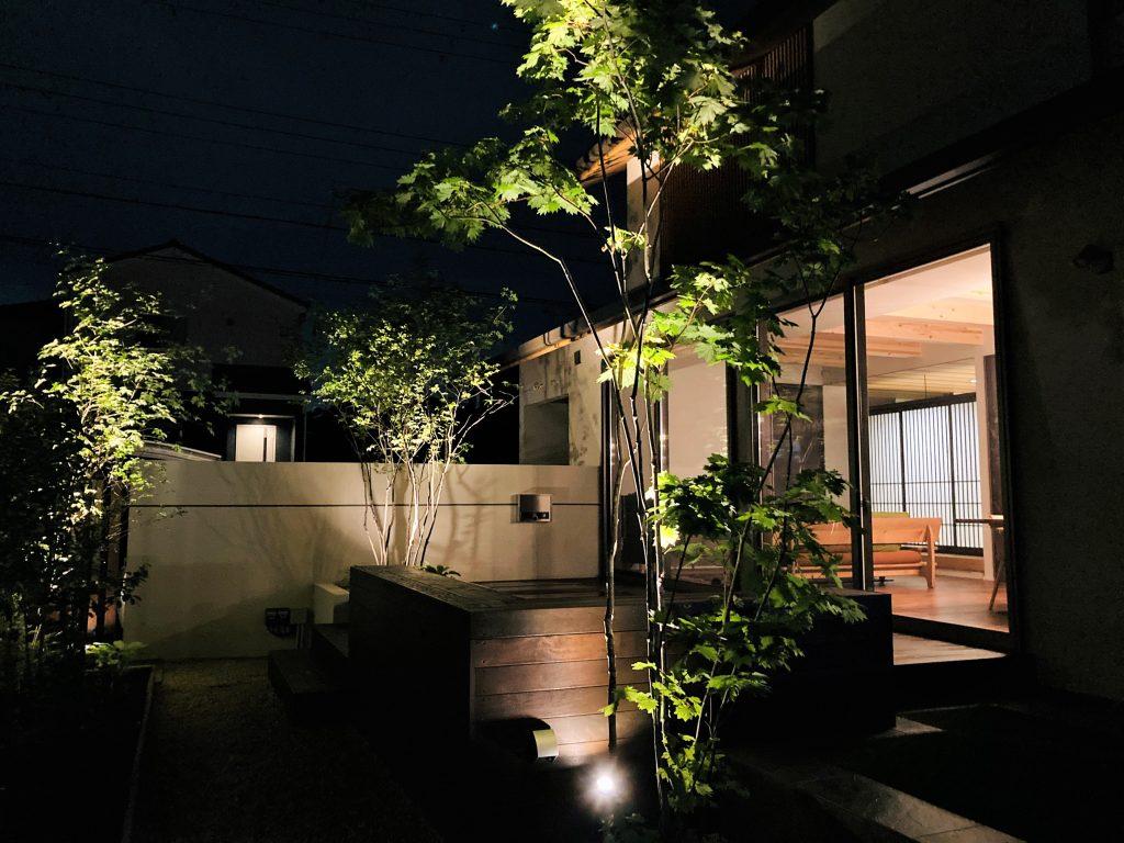 ライトアップされた庭
